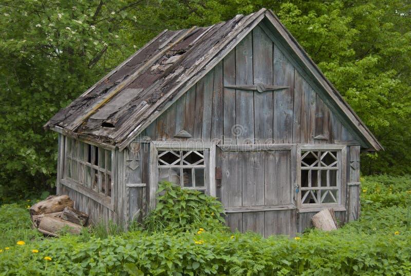 Granaio molto vecchio con un tetto colante rovinato immagine stock