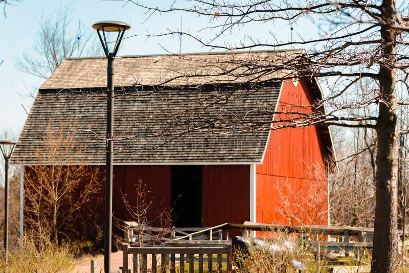 Granaio rosso al giardino dell'azienda agricola del Michigan in Frederik Meijer Gardens a Grand Rapids fotografie stock libere da diritti