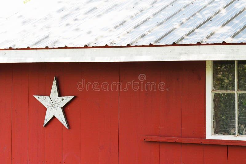 Granaio rosso con la decorazione della stella fotografie stock libere da diritti