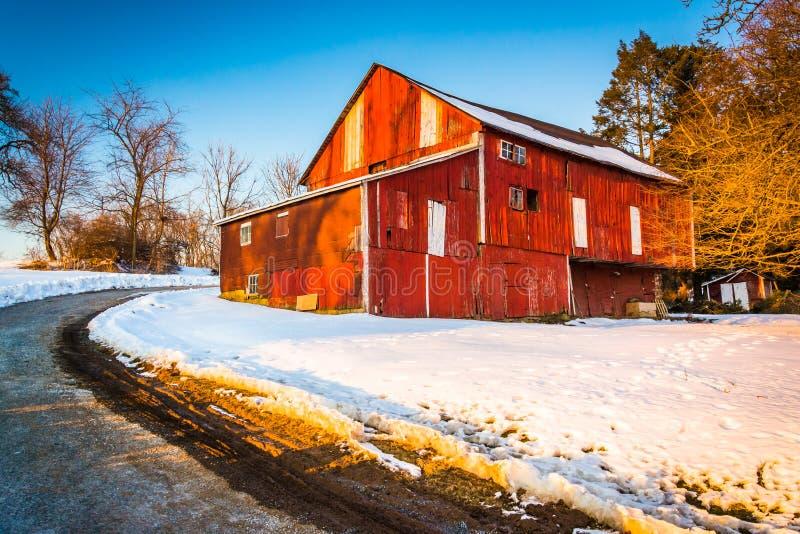 Granaio rosso durante l'inverno nella contea di York rurale, Pensilvania fotografie stock