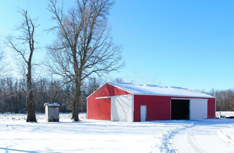 Granaio rosso in inverno fotografia stock libera da diritti