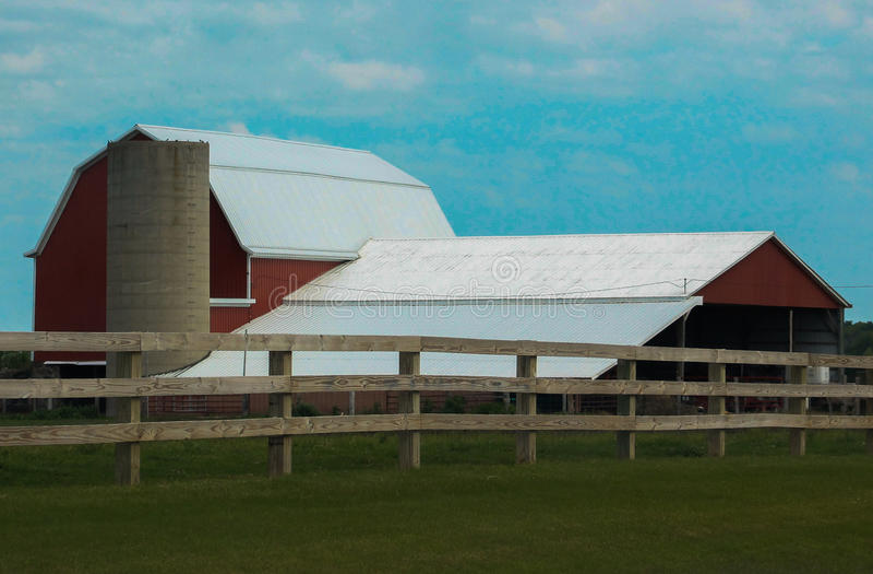 Granaio/silo e recinto rossi immagine stock