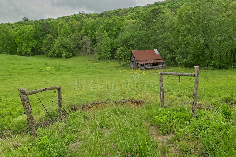 Granaio sopravvissuto abbandonato nelle montagne immagini stock