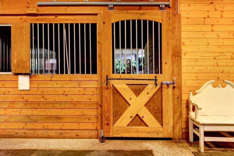 Granaio stabile con il soffitto del fascio e porta ad una stalla pulita fotografia stock