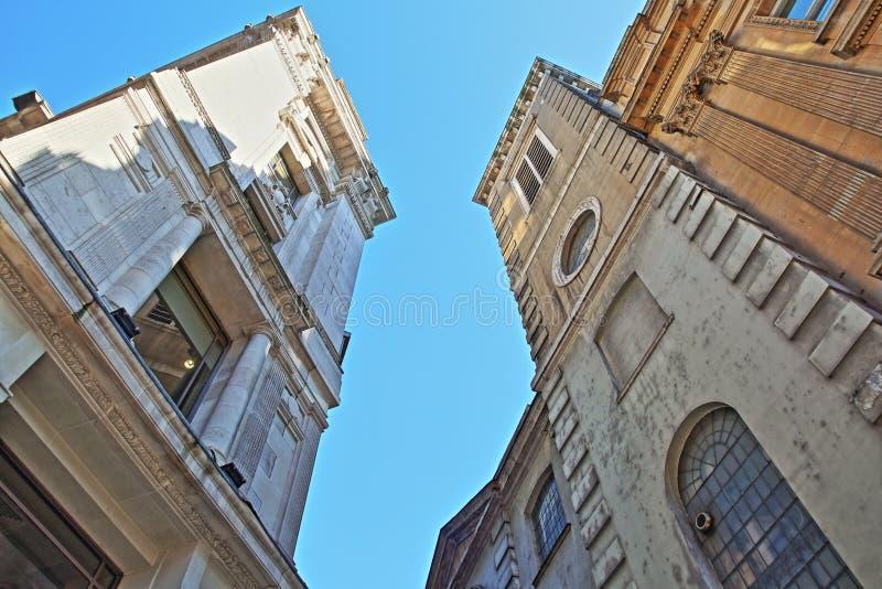 Granangular en fachadas en rey William Street en el distrito financiero de la ciudad de Londres con la iglesia del ` s de St Clem imagen de archivo
