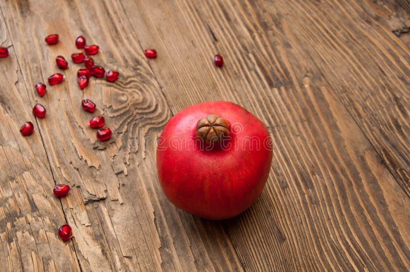 Granatapfel auf dem hölzernen Hintergrund lizenzfreies stockbild
