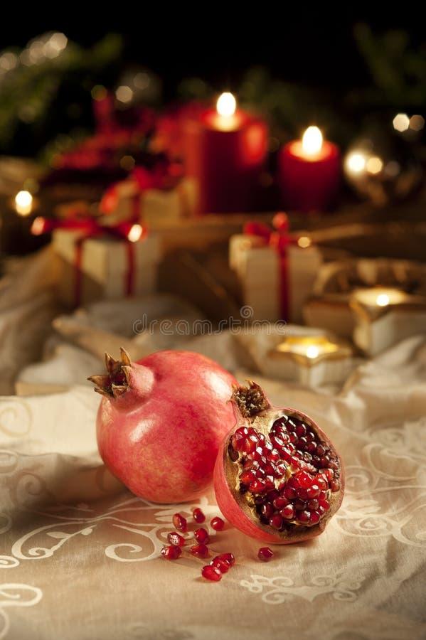 Granatapfel auf einem Weihnachten, Tabelle des Sylvesterabends stockfotografie