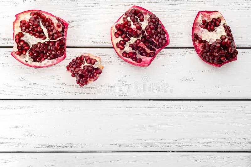Granatapfel auf Tabelle lizenzfreie stockbilder