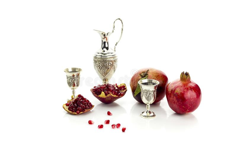 Granatapfel und Stemware mit Likör stockfoto