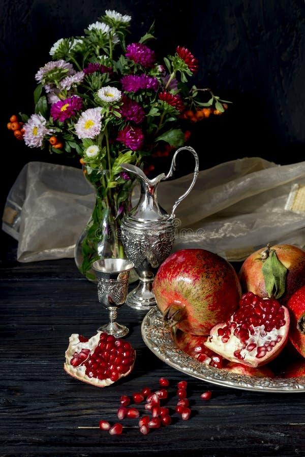 Granatapfel und Stemware mit Likör lizenzfreies stockfoto