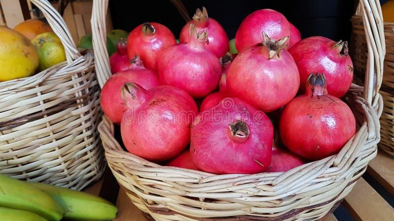 Granatapfelbananenananas-Korbfrüchte gruppieren Herbsthintergrund lizenzfreie stockfotografie