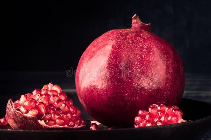 Granatapfelfruchtkorn ländliche rustikale Art roten Stilllebens lizenzfreies stockbild