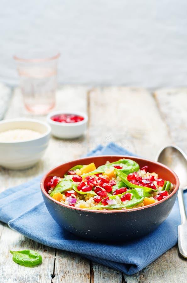 Granatapfelsüßkartoffelquinoa-Spinatssalat lizenzfreies stockbild