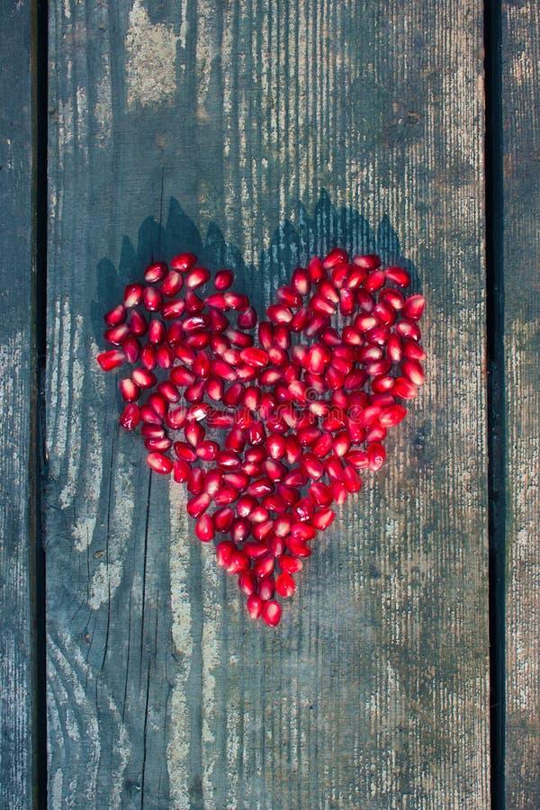 Granatapfelsamen in der Herzform lizenzfreie stockfotografie