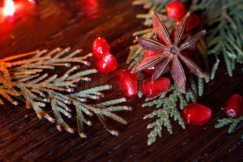 Granatowa any? na drewnianym stole z kolorowym backlight i ziarna Selekcyjna ostro?? T?o dla nowy rok kartki z pozdrowieniami zdjęcia stock