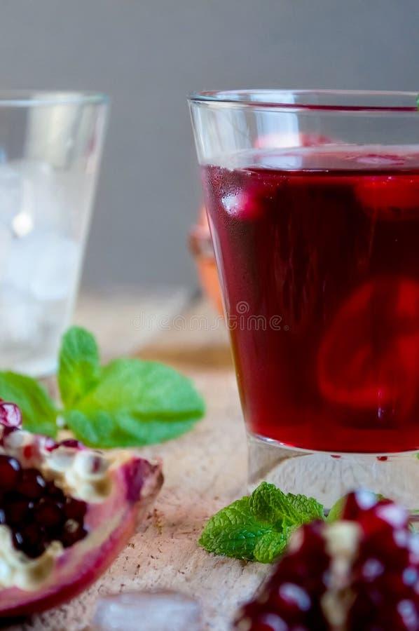 Granatowa koktajl z lód owoc na Drewnianym stole i mennicą Odświeżająca lato napoju miękka część lub alkoholiczka obraz stock