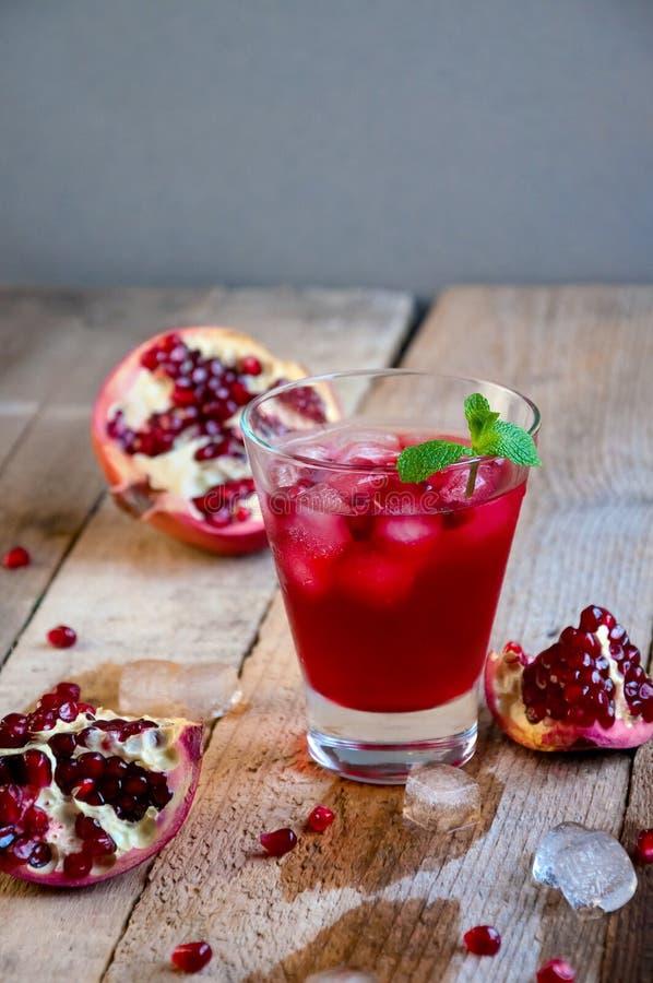 Granatowa koktajl z lód owoc na Drewnianym stole i mennicą Odświeżająca lato napoju miękka część lub alkoholiczka zdjęcia royalty free