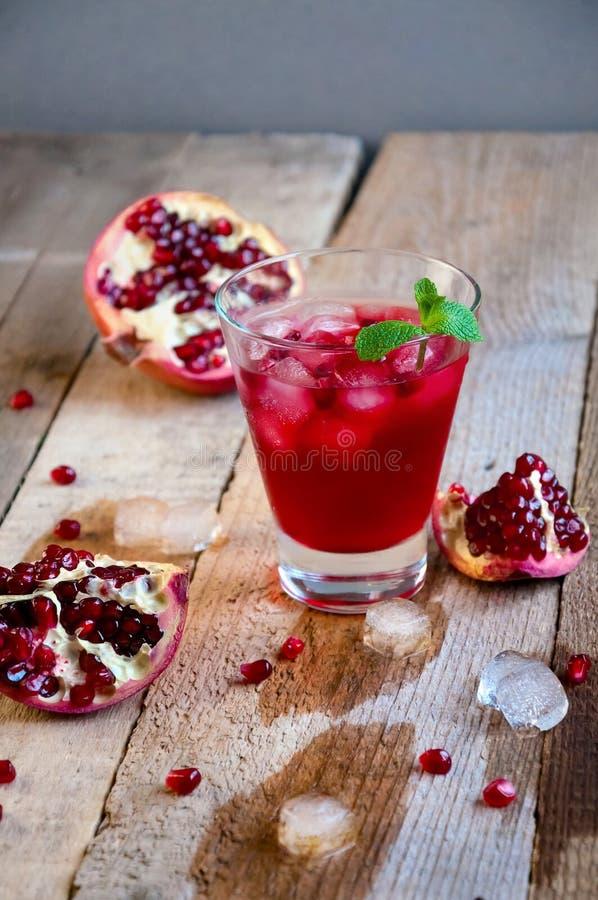 Granatowa koktajl z lód owoc na Drewnianym stole i mennicą Odświeżająca lato napoju miękka część lub alkoholiczka fotografia stock