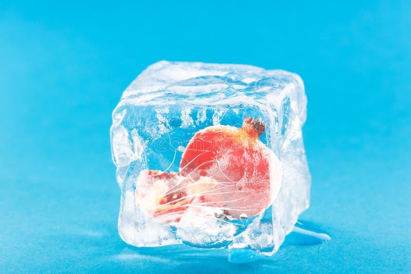 Granatowiec Marznąca Inside kostka lodu obrazy royalty free