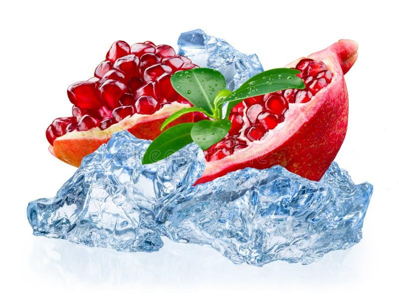 Granatowiec owoc z lodem odizolowywającym na białym tle obraz royalty free