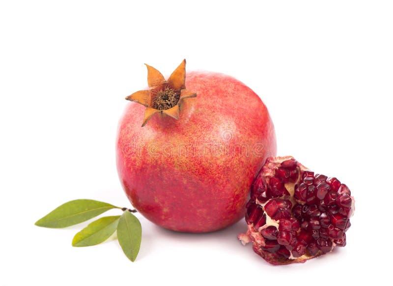 Granatowiec owoc z plasterkiem odizolowywającym na białym tle zdjęcie stock