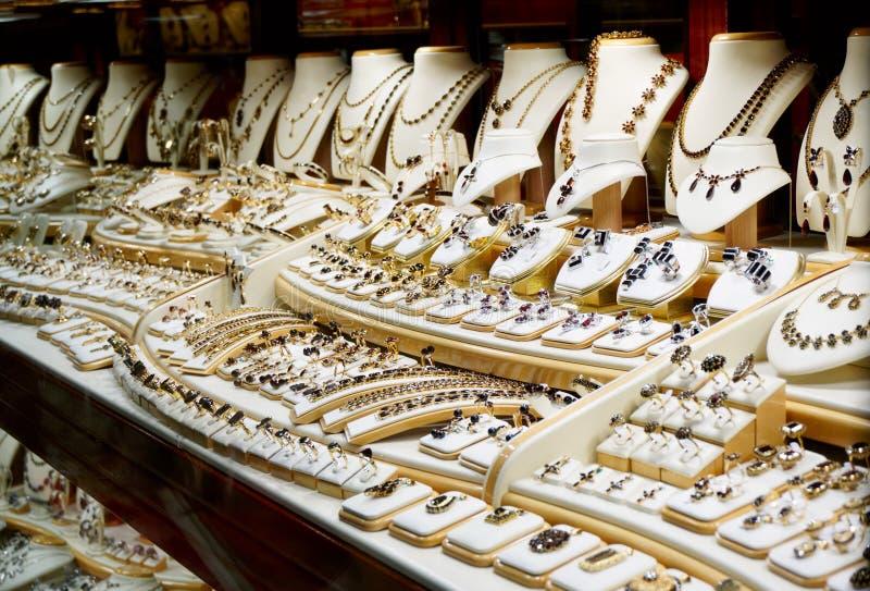 Granatröttsmycken shoppar royaltyfri fotografi