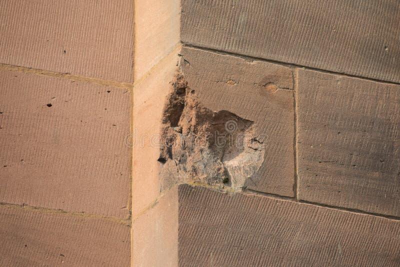 Granatsplitter och bombarderar skada på den Coventry domkyrkan royaltyfri foto