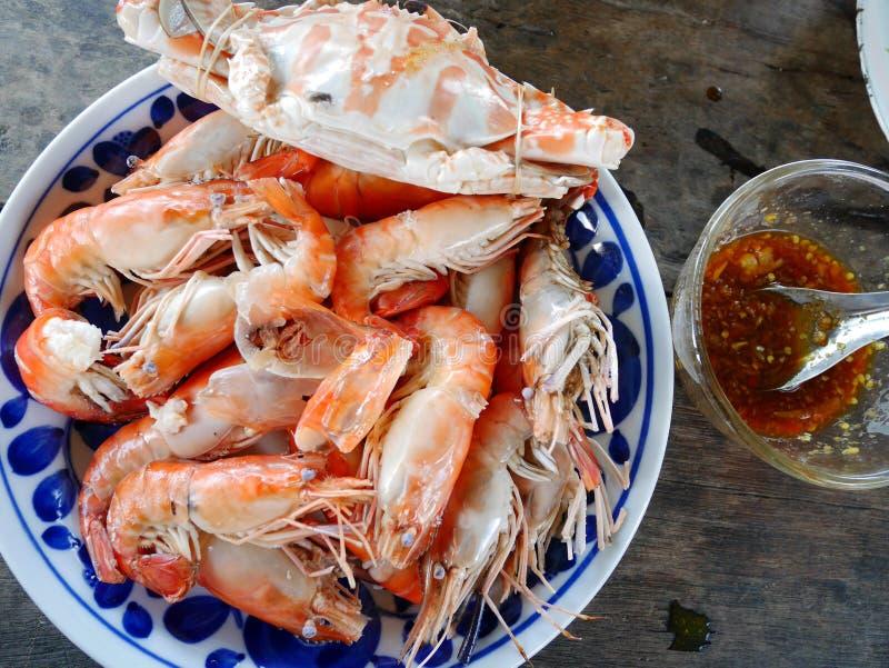 Granchi nuotatori e gamberetto o gamberetto con la salsa di frutti di mare piccante fotografia stock
