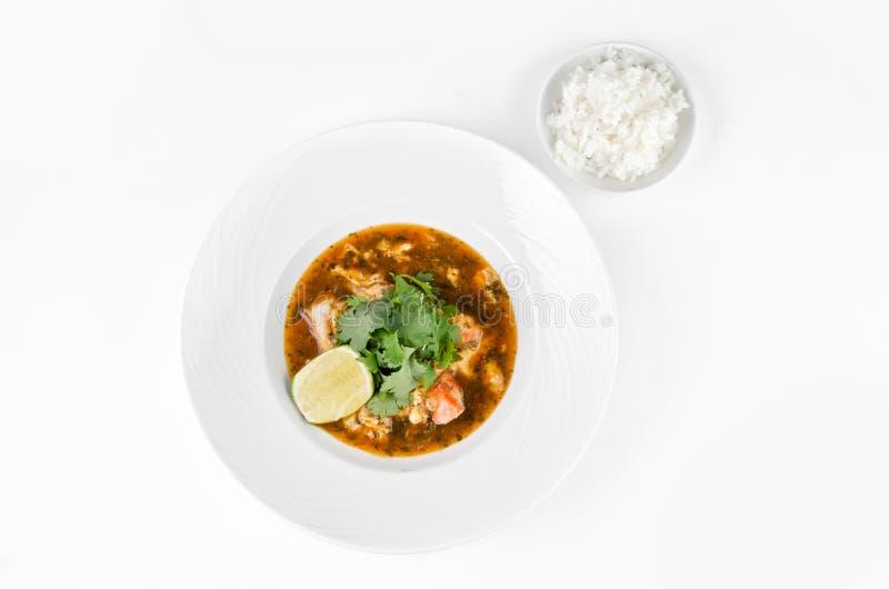 Granchio con la salsa di peperoncino rosso, la calce, il prezzemolo ed il riso su un piatto fotografie stock libere da diritti