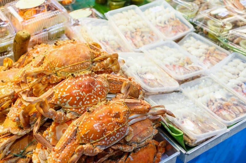 Granchio cucinato nel mercato fotografie stock