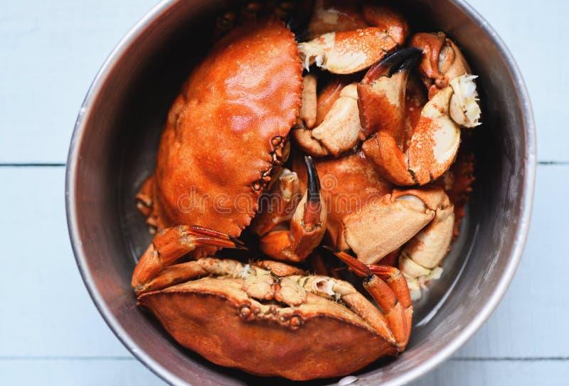 Granchio cucinato sul vaso del vapore - i frutti di mare hanno bollito i granchi di pietra rossi fotografie stock libere da diritti