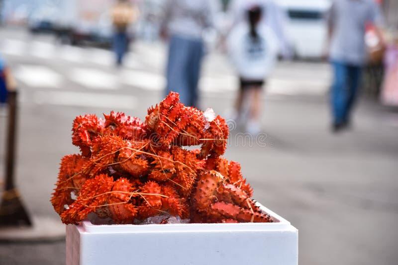 Granchio reale al mercato ittico di mattina fotografia stock