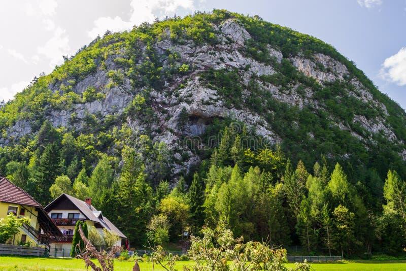 Grancisce-Hügel über Mojstrana-Dorf in Slowenien, in dem zwei über ferrata Wege errichtet werden, für kletternde Enthusiasten im  stockfoto