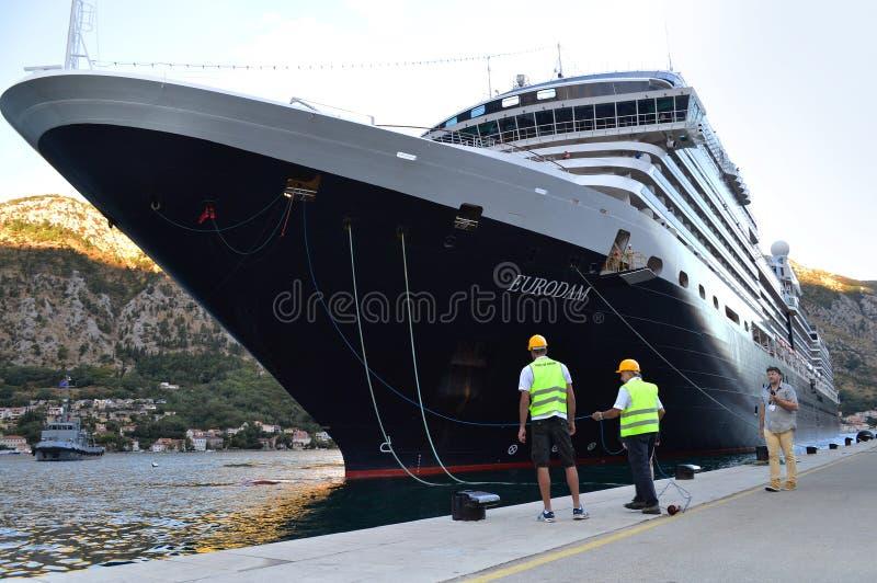 Grand amarrage de croiseur dans le port de Kotor images libres de droits