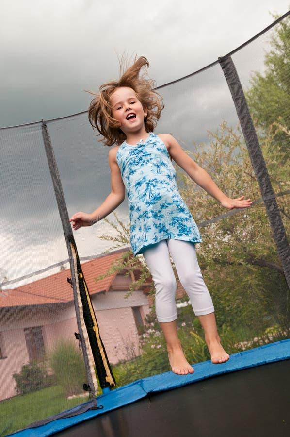 Grand amusement - tremplin branchant d'enfant photographie stock