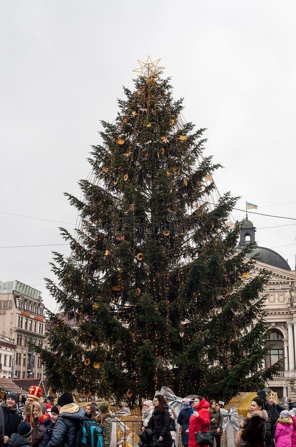 Grand arbre de Noël sur la rue et les personnes de ville image libre de droits