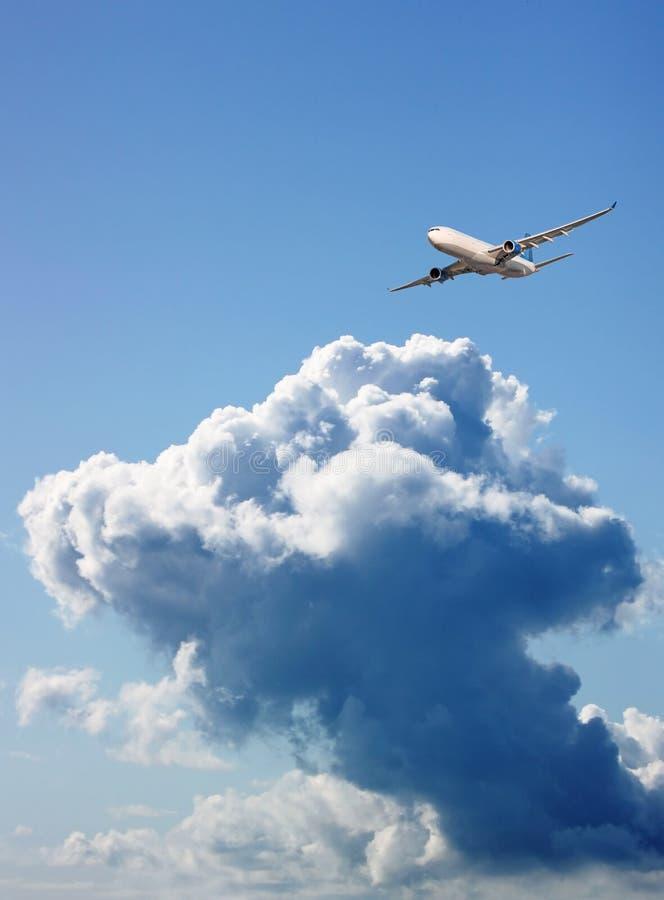 Grand avion de passagers en ciel bleu image libre de droits