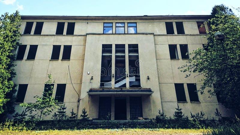 Grand bâtiment abandonné image libre de droits