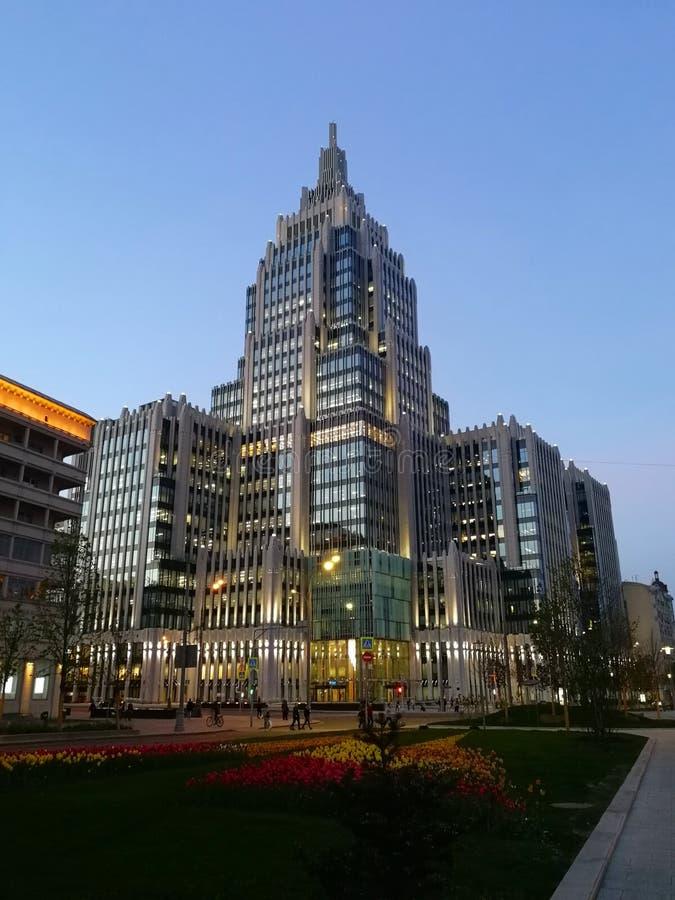 Grand bâtiment dans le ciel bleu images libres de droits
