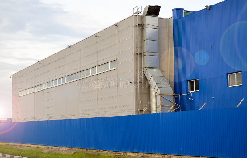 Grand bâtiment industriel de couleur bleue images libres de droits