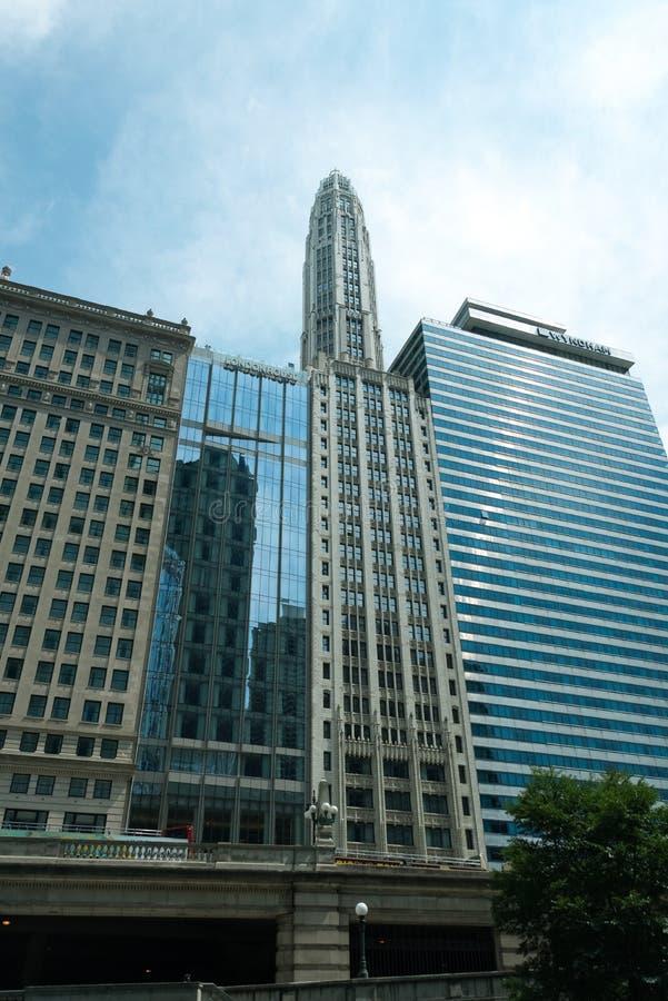 Grand bâtiment sur une rue de Chicago du centre photographie stock