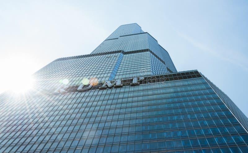 Grand bâtiment sur une rue de Chicago du centre images stock
