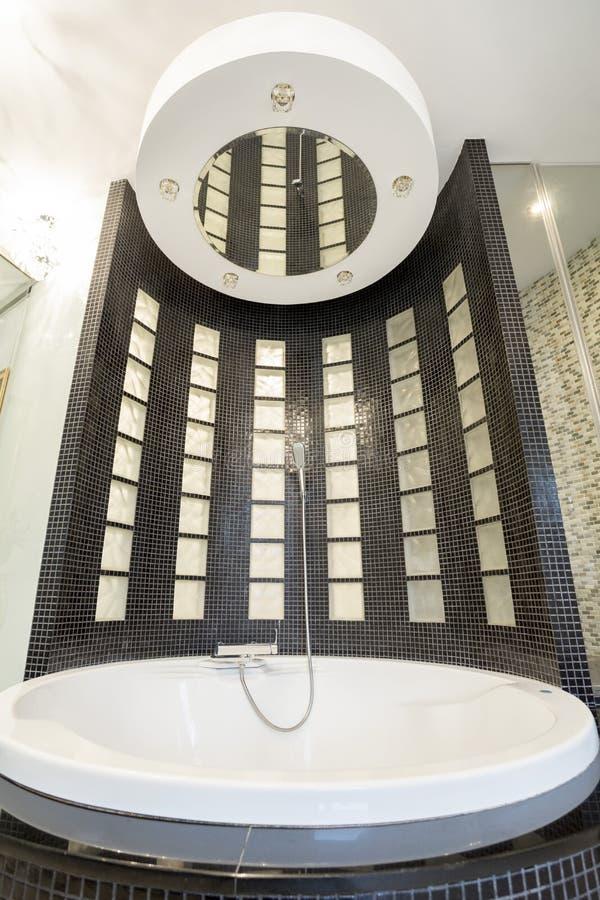 Grand bain rond dans la salle de bains cristal photographie stock libre de droits