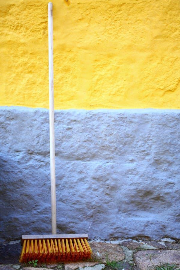 Grand balai sur le mur extérieur - les travaux domestiques photo stock