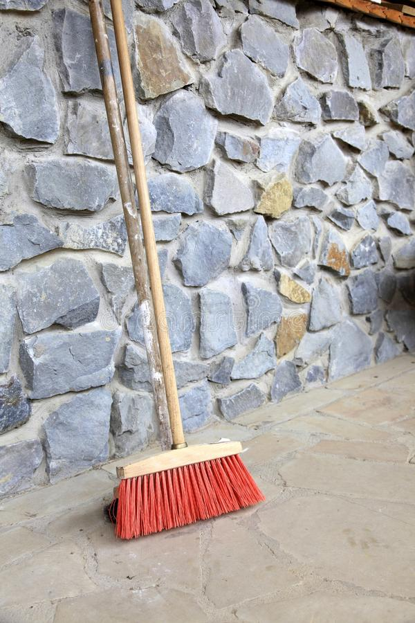 Grand balai sur le mur extérieur - les travaux domestiques photo libre de droits