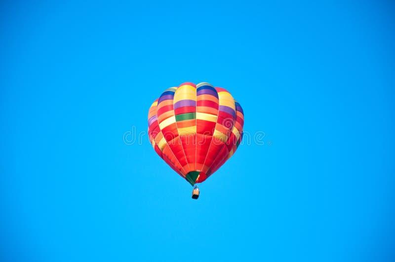 Grand ballon ballon Cuvette colorée avec le panier images stock