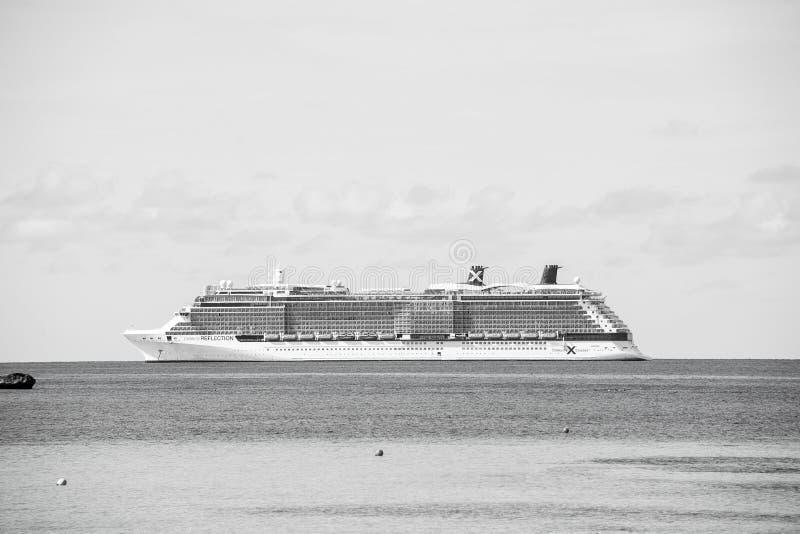 Grand banc de sable d'étrier, Bahamas - 8 janvier 2016 : bateau de revêtement d'océan en mer sur le ciel bleu Transport de l'eau, photos libres de droits