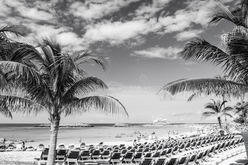 Grand banc de sable d'étrier, Bahamas - 8 janvier 2016 : plage de mer, les gens, chaises, palmiers verts le jour ensoleillé Vacan images libres de droits