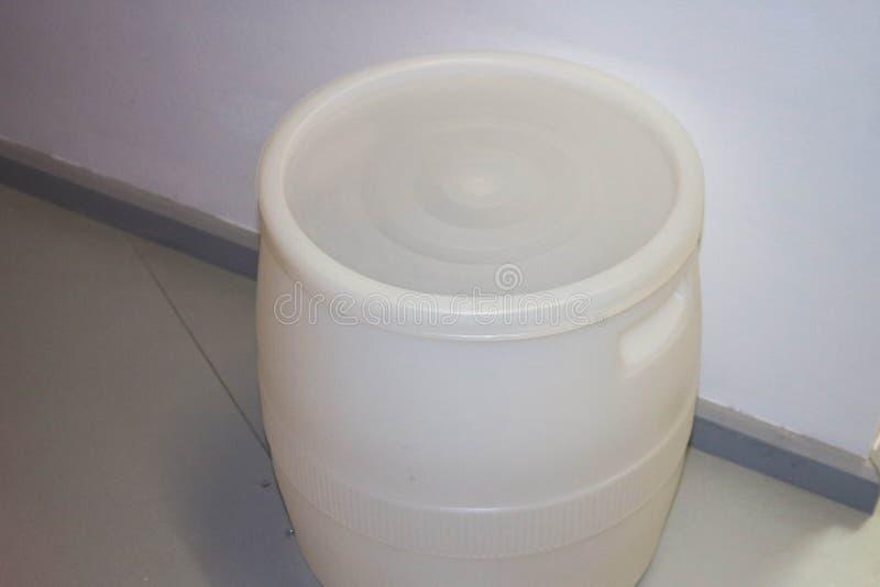 Grand baril blanc en plastique de polyéthylène à haute pression Production en plastique image libre de droits