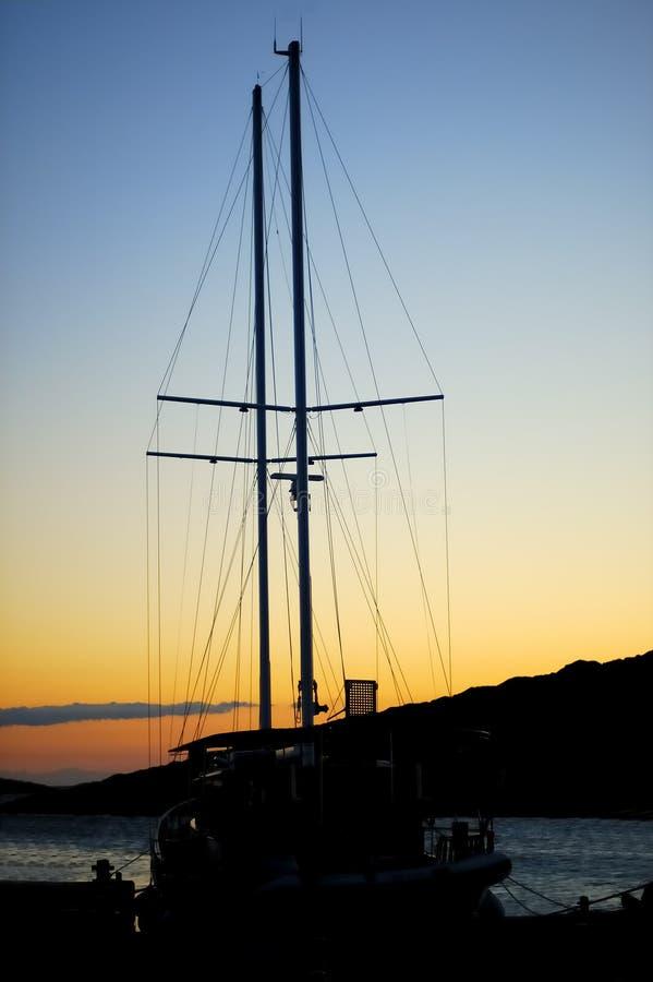 Grand bateau à voile dans le coucher du soleil photographie stock libre de droits